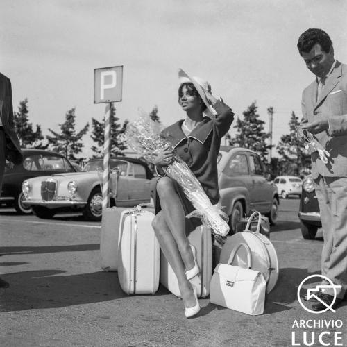 Arrivo dell'attrice cubana Chelo Alonso all'aeroporto di Ciampino, 1959