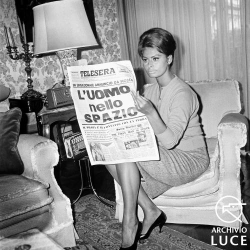 Sophia Loren legge di Gagarin, 1961